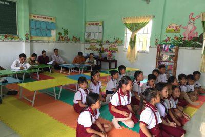Dự giờ, hỗ trợ tiết đọc thư viện tại trường TH Vĩnh Phong 1